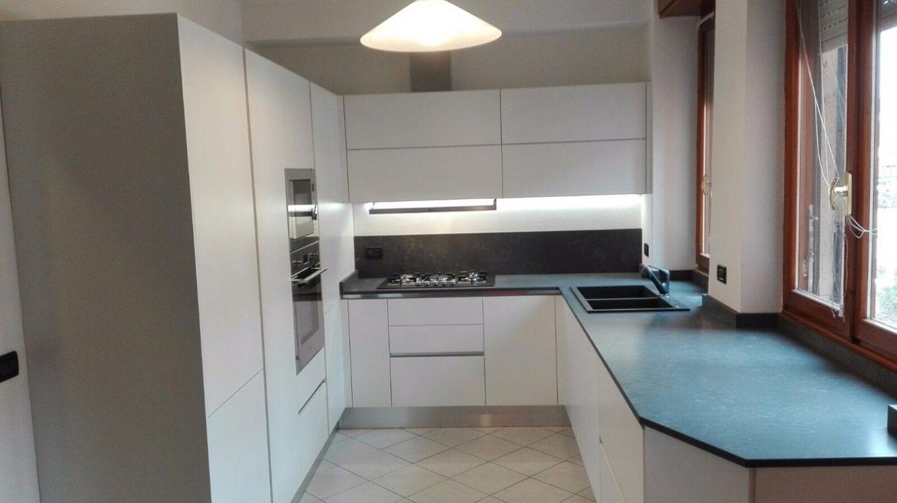 Cucina con doppio angolo e top con incastri finestre u2013 b&v divani